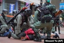 Поліція затримує учасника демонстрації проти нового закону про держбезпеку в Гонконзі, 24 травня 2020 року