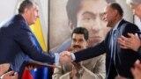 """Глава """"Роснефти"""" Игорь Сечин и министр нефтяной промышленности Венесуэлы Мануэль Кеведо подписывают соглашение о сотрудничестве в присутствии Николаса Мадуро. 16 декабря 2017 года"""