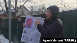 Қытай консулдығы алдында пикет өткізіп тұрған Серік Әжібай. Алматы, 22 қаңтар 2020 жыл.