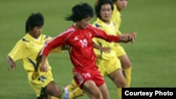 وانگ کیون از تیم فوتبال بانوان چین از کمندانوتسارا( چپ ) از تایلند می گریزد. عکس: سایت کنفدراسیون فوتبال آسیا