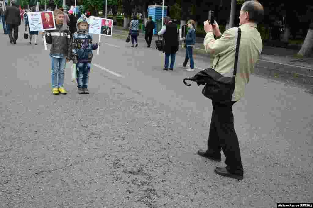 Алматыдағы «Мәңгілік полк» шеруіне қатысушы балалар суретке түсіп тұр.
