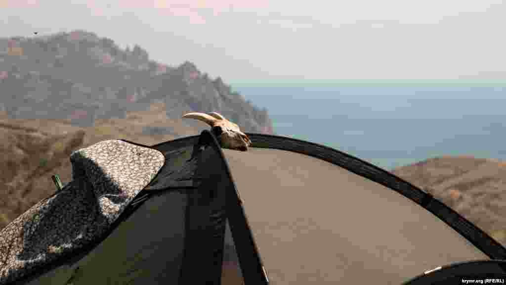 Одна из достопримечательностей Эчки-Дага – карстовая пещера Ухо земли (Хулах-Иернын) – узкая щель в скале, глубина которой достигает 132 метров. Эчки-Даг опоясывают множество троп и несколько автомобильных дорог