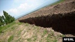 Граница между Киргизстаном и Узбекистаном в районе Джалалабада