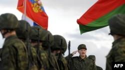 Аляксандар Лукашэнка на вайсковым парадзе, архіўнае фота