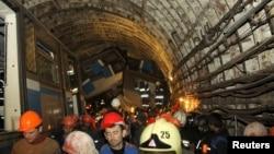 Ռուսաստան- Փրկարարները դուրս են բերում Մոսկվայի մետրոպոլիտենում վթարի հետևանքով տուժածներին, 15-ը հուլիսի, 2014թ.։
