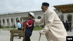 Өзбек баласы атасын жұма намазына ертіп бара жатыр. Ташкент, 2 сәуір 2004 жыл. (Көрнекі сурет)