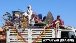 فرار باشندگان لشکرگاه پس از تشدید جنگ میان نیروهای افغان و جنگجویان گروه طالبان در هلمند. Afghanistan, 12 October 2020