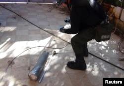 БҰҰ сарапшылары химиялық шабуыл болған жерде айғақтар жинап жүр. Сирия, 26 тамыз 2013 жыл.