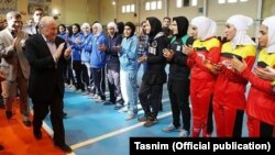 صفحه فوتسال بانوان ایران در فیسبوک در شرح این عکس نوشته: نمیتوانیم با هم دست بدهیم، اما میتوانیم برای هم دست بزنیم