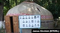 Стенд с фотографиями пропавших без вести во время беспорядков в Оше. Лето 2010 года.