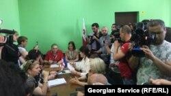 Несмотря на протест оппозиции,комиссия утвердила списки для переносной урны для голосования