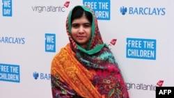 Малала билим алууга мүмкүнчүлүгү жок дүйнөдөгү 58 миллион жеткинчектин өкүлү катары иш алып барууда.