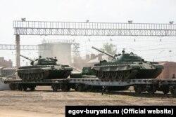 Танки Т-62 завантажуються на платформи для відправки у війська. Фото з Офіційного порталу Республіки Бурятія