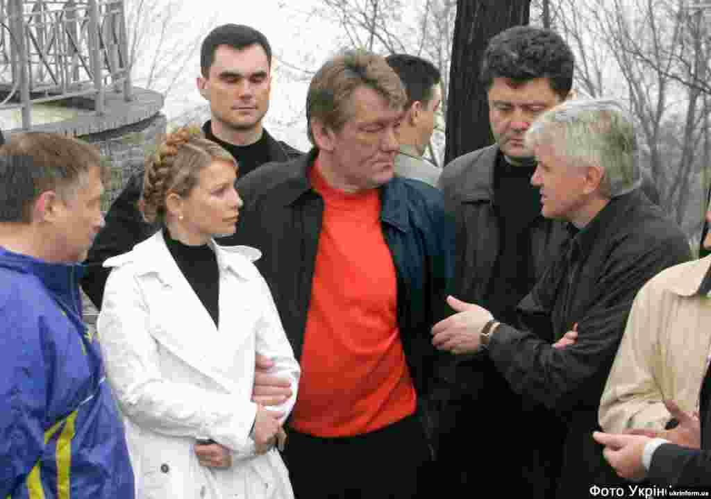 Слева направо: глава Киевской областной госадминистрации Евгений Жовтяк, Юлия Тимошенко, Виктор Ющенко, Петр Порошенко и Владимир Литвин сажают деревья в парке Славы. 17 мая 2005 года