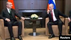 Реджеп Тайїп Ердоган (л) і Володимир Путін у Сочі, Росія, 3 травня 2017 року