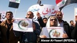 مشاركون في المظاهرة الاحتجاجية في النجف