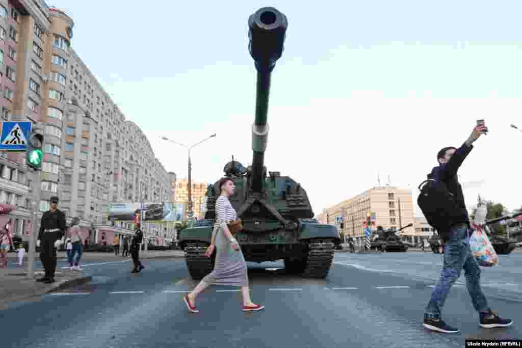 3 июля в Минске традиционно по центру города проходят десятки единиц боевой техники.