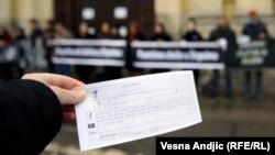 Performans Žena u crnom u Beogradu radi potsećanja na zločin u Štrpcima