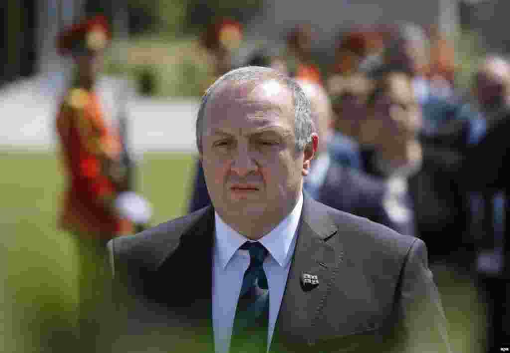 Премьер-министр Грузии Георгий Квирикашвили утром 8-го августа тоже посетил кладбище.