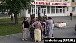 Магілёўскія цыганы каля будынка, дзе праходзіла сустрэча з прадстаўнікамі ўлады, 23 траўня