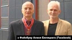 Алесь Разанаў (зьлева) разам з Алесем Бяляцкім
