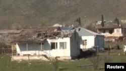 Зруйнований будинок в результаті зіткнень в Нагірному Карабасі 2 квітня 2016 року