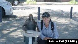 Abhazia, Georgia 2016: Sabina Fati alături de Pinguinul filozof, Suhumi