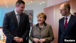 Германия канцлері Ангела Меркель (ортада), Украина оппозициясының жетекшілері Виталий Кличко (сол жақта) және Арсений Яценюк. Берлин, 17 ақпан 2014 жыл.