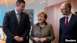 Зустріч канцлера Німеччини Анґели Меркель (центр) та українських опозиційних лідерів Віталія Кличка (ліворуч) та Арсенія Яценюка (праворуч)