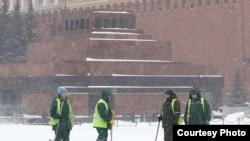 Разгребать снег приходится и на Красной площади.
