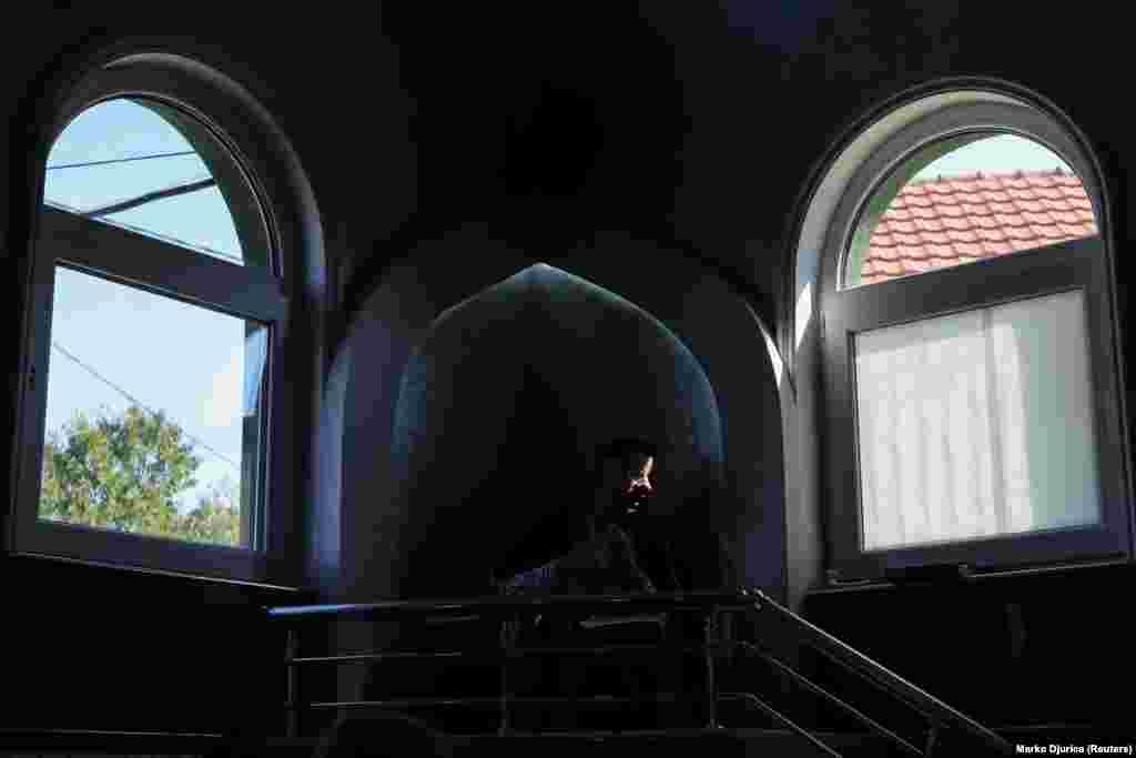 """""""Ovo je bila porodična kuća. Iako možemo ovde da se molimo, ona (kuća) nije legalna i to je ponižavajuće"""", kaže Hilmija, 47-godišnji musliman i pripadnik romske manjine u Srbiji. Kuća i ruševine prekoputa su deo napora oko 20.000 muslimana u srpskoj prestonici da se okupe i mole u gradu u kojem većinski žive pravoslavni hrišćani."""