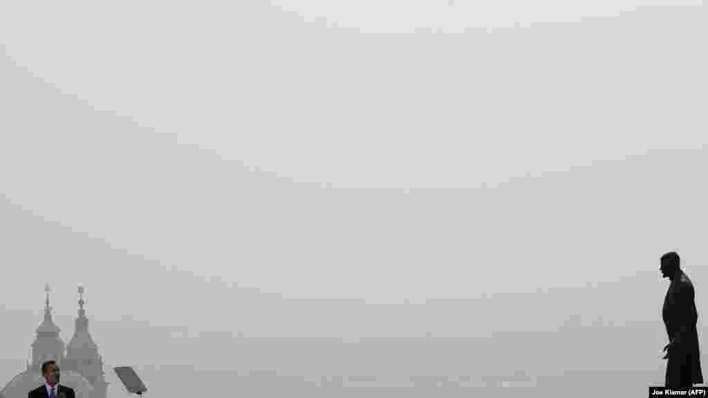 Барак Обама 2009 жылы сәуірдің 5-і күні Прагада Чехословакияның тұңғыш президенті Томаш Масариктің ескерткіші алдында сөйлеп тұр. Өз сөзінде Обама АҚШ-тың «әлемде ядролық қарусыз тыныштық мен қауіпсіздікті қамтамасыз етуге» бар күшін салатыны жайлы уәде еткен еді.