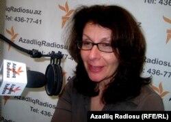 Rachel Denber în studioul Europei Libere de la Baku în 2013