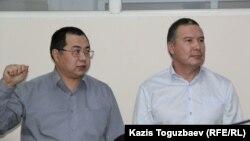 """Гражданские активисты Ермек Нарымбаев (слева) и Серикжан Мамбеталин, обвиняемые в """"разжигании розни"""", в зале суда. Алматы, 9 декабря 2015 года."""