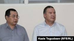 Гражданские активисты Ермек Нарымбаев (слева) и Серикжан Мамбеталин (справа) в зале суда. Алматы, 9 декабря 2015 года.