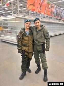 Боевики в донецком супермаркете (фото со страницы Алексея Мацуки в Фейсбук)