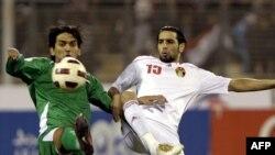 العراقي نشأت أكرم والأردني شادي أبو هشهش في صراع على الكرة.