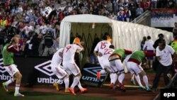 Сербиямен матч кезінде жаппай тәртіпсіздіктер шыққан соң футбол алаңынан қашып бара жатқан Албания ойыншылары. Белград, 14 қазан 2014 жыл.