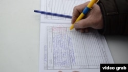 Местный житель расписывается в дневнике оценки деятельности акима района. Казалинск, 9 февраля 2015 года.