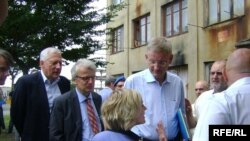 შვეციის საგარეო საქმეთა მინისტრი კარლ ბილდტი (მარჯვნივ) და ევროკავშირის სამეთვალყურეო მისიის ხელმძღვანელი ჰანსიორგ ჰაბერი ზუგდიდში, 17 ივლისს