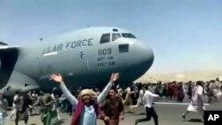 Мечтата да отлетиш. Хиляди се опитват да напуснат Афганистан