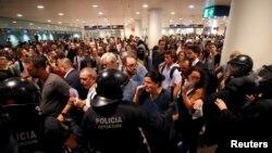 Пратэст у аэрапорце Барсэлёны пасьля прысуду каталёнскім палітыкам