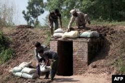 """Местное индийское ополчение в штате Джамму и Кашмир возводит укрепленный бункер в районе """"линии контроля"""". 2014 год"""