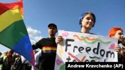 Учаснику ЛГБТ-маршу в Харкові, 15 вересня 2019 року