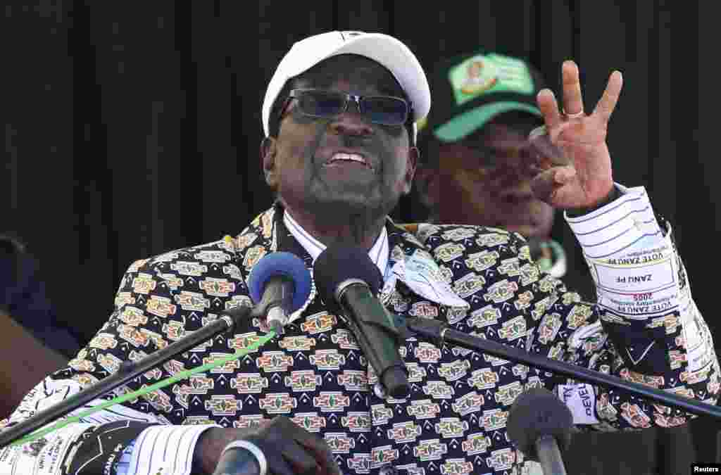 Роберт Мугабе на одном из митингов своих сторонников.