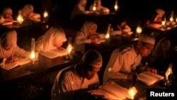 Студенты религиозного учебного завдения в Индонезии читают Коран. Иллюстративное фото.