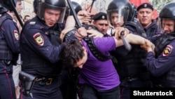 Rusiyada etirazçının saxlanması, arxiv fotosu