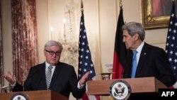 جان کری وزیر خارجه آمریکا (راست) در کنفرانس خبری به همراه فرانک والتر اشتاین مایر، وزیر خارجه آلمان