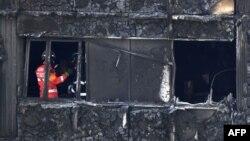 Пожежники на місці згорілої квартири у Ґренфелл-тауер