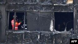 Рятувальники обстежують будівлю після пожежі, 16 червня 2017 року
